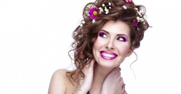 Il trend del momento: fiori tra i capelli