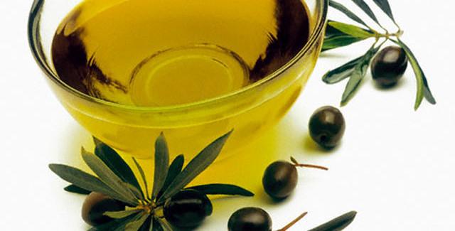 Olio d'oliva, il rimedio della nonna per ricci secchi