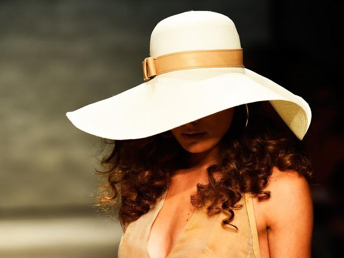 Come portare il cappello sui capelli ricci questo inverno